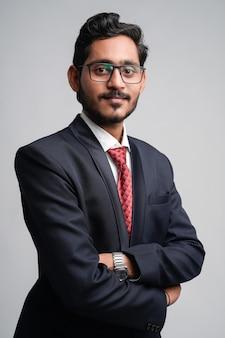 Erfolgreicher junger indischer geschäftsmann, der aufwirft