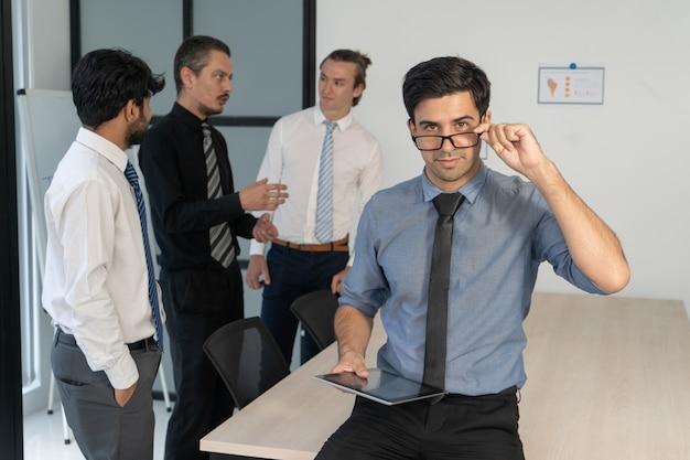 Erfolgreicher junger manager, der während der unternehmensanweisung aufwirft.