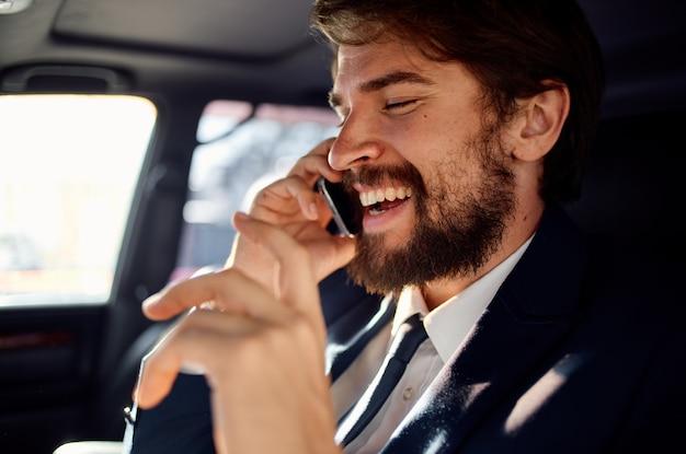 Erfolgreicher junger mann im anzug, der am telefon vermögensbeamter spricht