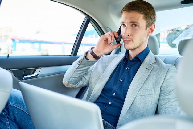 Erfolgreicher junger mann im auto