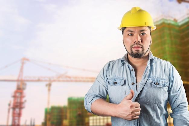 Erfolgreicher männlicher architekt an einer baustelle
