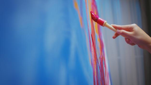Erfolgreicher maler, der ein modernes abstraktes ölgemälde macht.