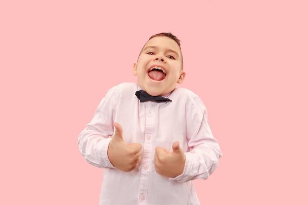 Erfolgreicher mann glücklich ekstatisch feiern, ein gewinner zu sein. dynamisches energetisches bild des männlichen modells