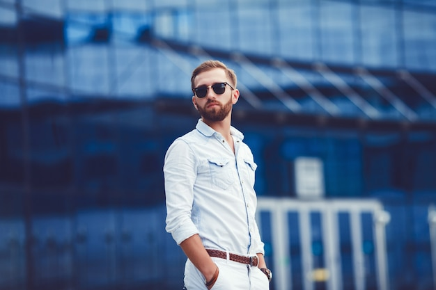 Erfolgreicher mann im stilvollen hemd
