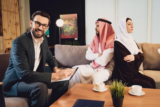 Erfolgreicher psychologe akzeptiert ehepaar
