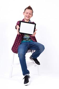 Erfolgreicher student mit einem bildschirm der tablette in der hand zum kunden