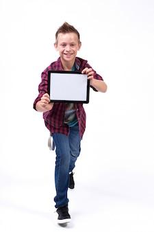 Erfolgreicher student mit einer tablette in seiner hand