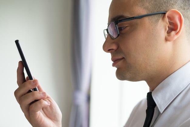 Erfolgreicher unternehmensleiter, der die mobile app testet