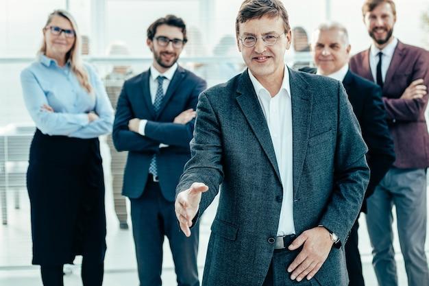 Erfolgreicher unternehmer, der seine hand für einen handschlag ausstreckt