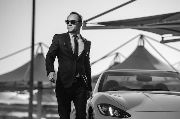 Erfolgreicher yang-geschäftsmann im gelben cabrio-auto.