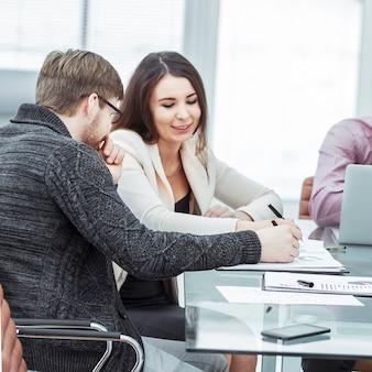 Erfolgreiches business-team am arbeitsplatz im büro