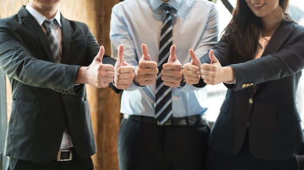 Erfolgreiches geschäft in teamarbeit und freiwilligenarbeit, menschen faust bump zusammen.