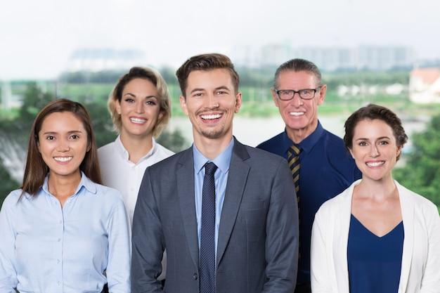 Erfolgreiches geschäfts-team in die kamera lächeln