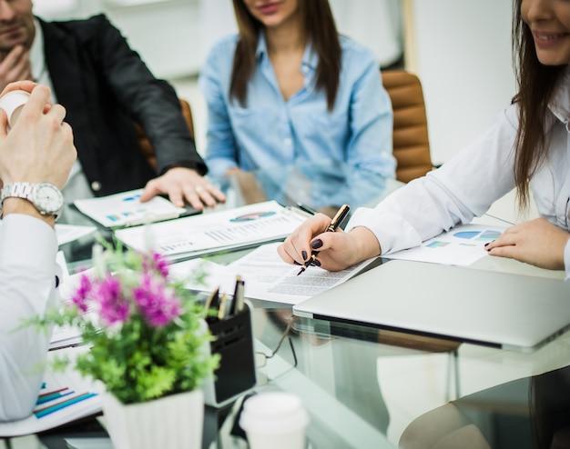 Erfolgreiches geschäftsteam bespricht einen neuen vertrag am arbeitsplatz