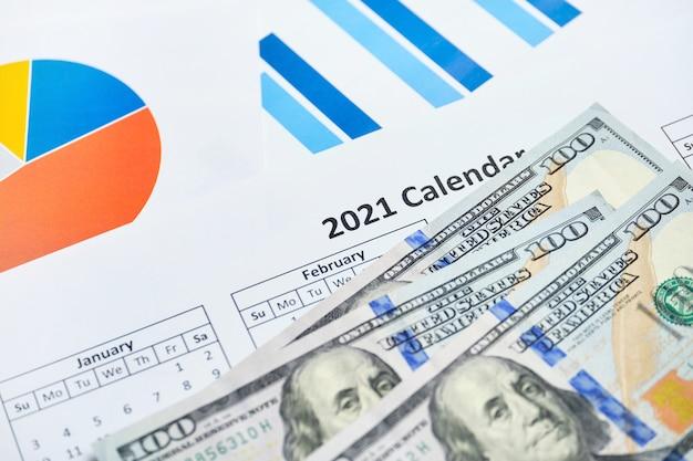 Erfolgreiches jahr 2021 bei der erzielung von gewinnen für unternehmen mit dollars auf papierkarten.