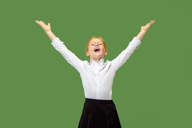 Erfolgreiches jugendliches mädchen glücklich ekstatisch feiern, ein gewinner zu sein. dynamisches energetisches bild von