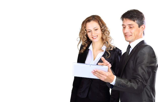 Erfolgreiches junges business-team. mann und frau lokalisiert über weiß mit tablette.