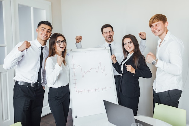 Erfolgreiches team junger geschäftsleute im büro nach geschäftstreffen