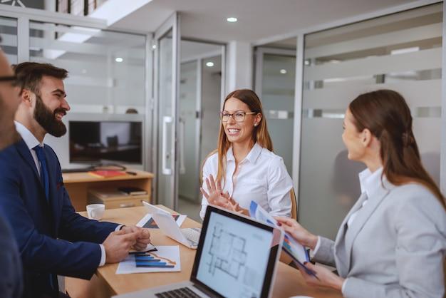 Erfolgreiches team mit besprechung im sitzungssaal. erhöhen sie nicht ihre stimme, verbessern sie ihre argumentation.