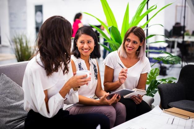 Erfolgreiches weibliches planungstreffen im büro