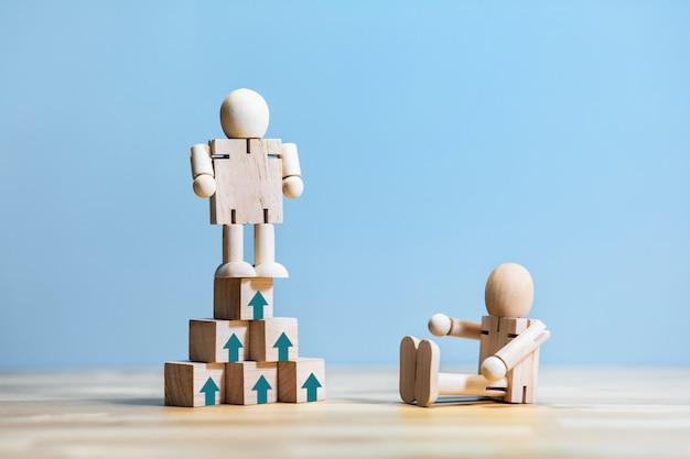 Erfolgs- oder gewinnerkonzepte mit menschlichem spielzeug