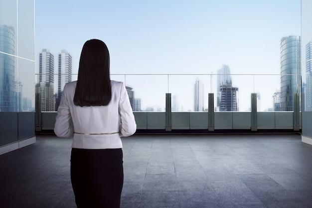 Erfolgsgeschäftsfrau, die heraus schaut