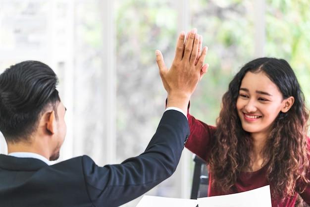 Erfolgsgeschäftskonzept chef, der gratuliert, indem er mir fünf aktionen für asiatische geschäftsfrauen gibt