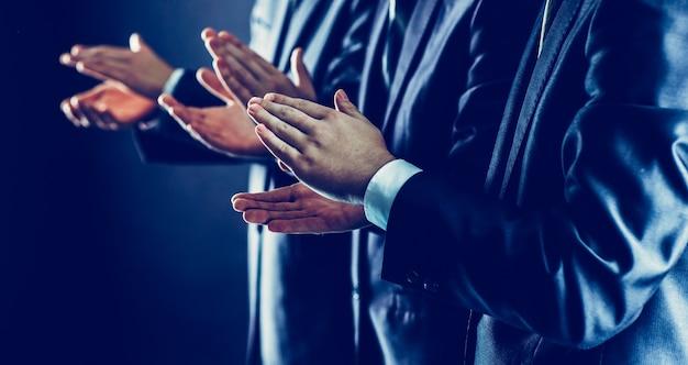 Erfolgskonzept: geschäftsteam applaudiert geschäftspartnern nach