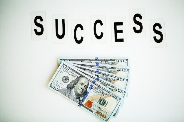 Erfolgswort geschrieben auf weiße tabelle.