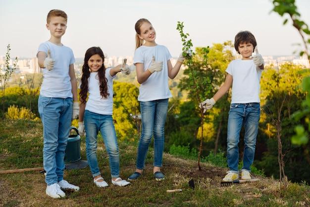 Erfreute kinder stehen in einer reihe