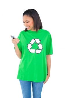 Erfreuter dunkelhaariger Umweltaktivist, der ihren Handy betrachtet