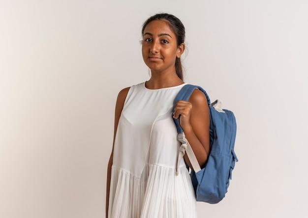 Erfreutes junges schulmädchen, das rückentasche lokalisiert auf weiß trägt