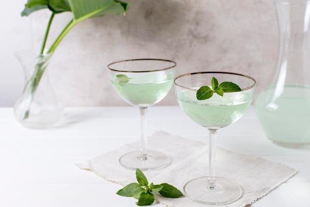 Erfrischende alkoholische getränke auf dem tisch