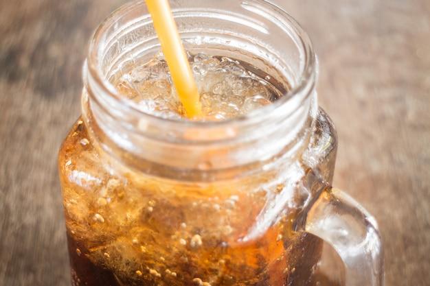 Erfrischende braune soda mit eis