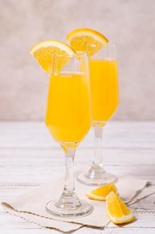 Erfrischende cocktails aus der nähe, die zum servieren bereitstehen