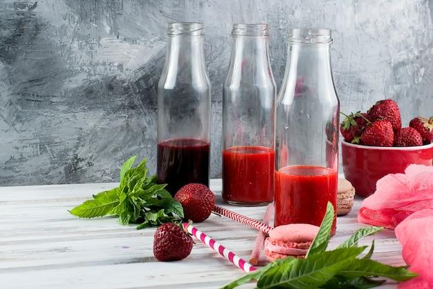 Erfrischende erdbeer-heidelbeer-smoothies