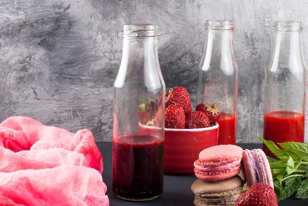 Erfrischende erdbeer- und blaubeerensmoothies