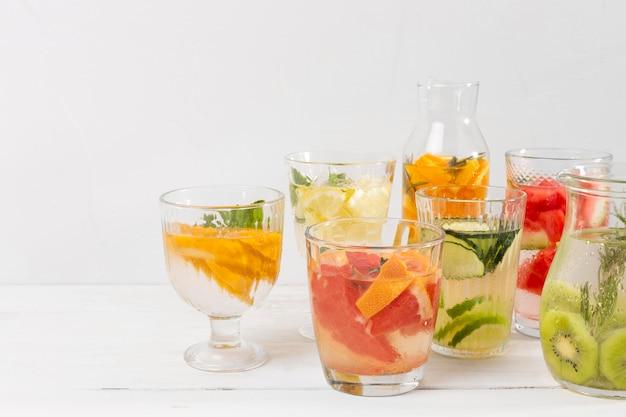 Erfrischende getränke auf dem tisch