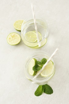 Erfrischende getränke mit limetten