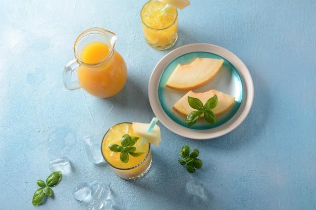 Erfrischende getränke und zitrussäfte mit eiswürfeln, minze und melone. sommerkonzept