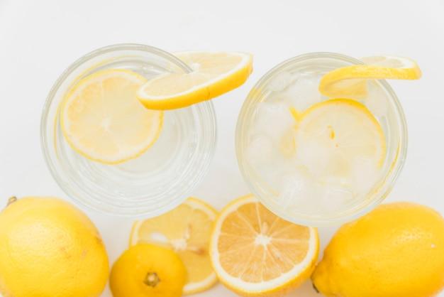 Erfrischende kalte getränke mit zitrusfrüchten