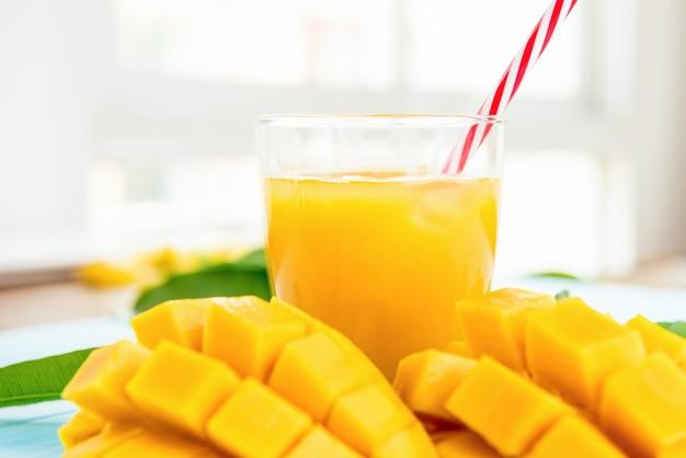 Erfrischende kalte mangosaftgetränke für den sommer