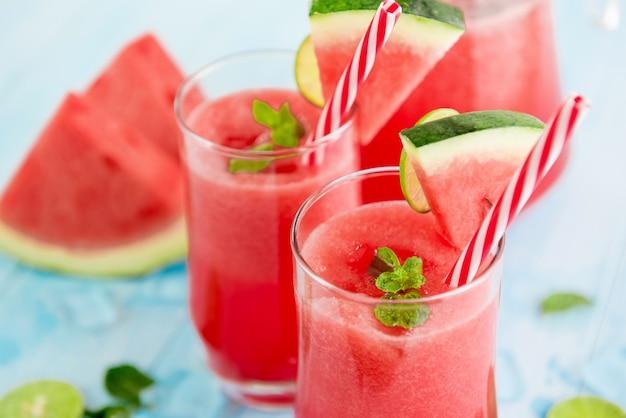 Erfrischende kalte wassermelonensaft-smoothiegetränke für den sommer