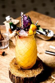 Erfrischende limonade der frontalansicht mit blaubeeren und zitrone