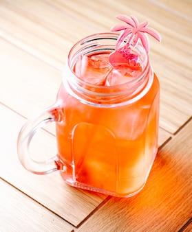 Erfrischende limonade mit eiswürfeln