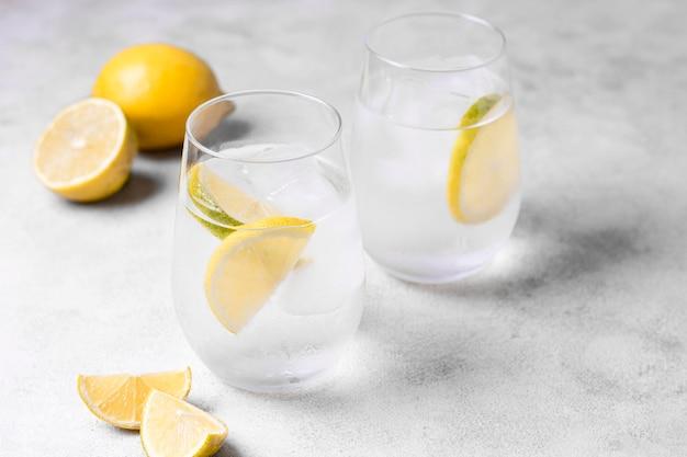 Erfrischende limonaden mit servierfertigem eis