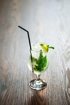 Erfrischende mojito cocktail eis limette minze