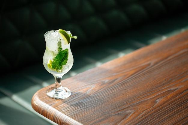 Erfrischende mojito cocktail limettenminze auf dem tisch