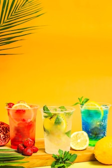Erfrischende sommer-mojito-erdbeer-zitrone und blaue soda