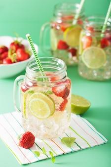 Erfrischende sommerlimonade mit erdbeere und limette im einmachglas